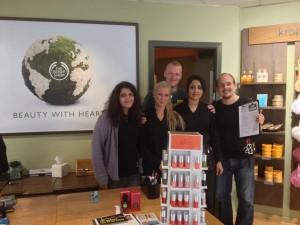 De frivillige fra Amnesty International fik rigtig god hjælp fra The Body Shop's personale.