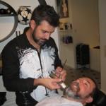 Det er hårdt arbejde for Ricardo at være barber, når Scott kommer forbi!