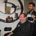 Allerede midt i barberingen kan det være svært at genkende sig selv i spejlet...